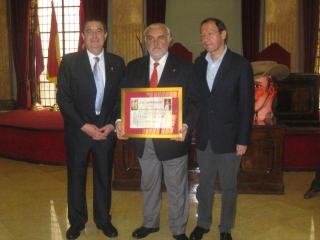 Miguel Ángel Cámara entrega a Alberto Sevilla la distinción de Cabezo de Honor - 2, Foto 2