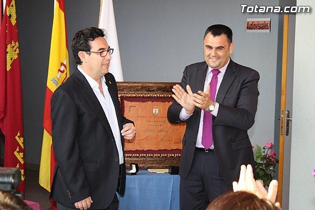 El ayuntamiento entrega el Escudo de Oro de la Leal y Noble Ciudad de Totana al Colegio Reina Sofía - 1, Foto 1