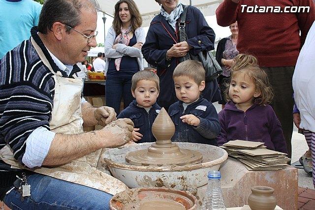 El Mercadillo Artesano de La Santa se celebró el pasado domingo 1 de mayo en las inmediaciones del Santuario, Foto 1
