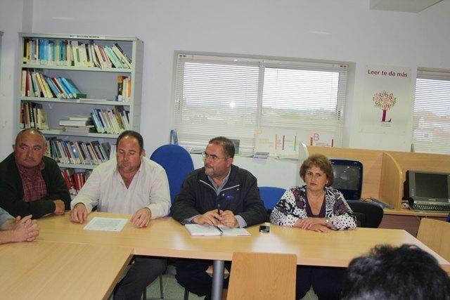 Miembros de la candidatura de IU-Verdes se reúnen con el Pedáneo y la Junta Vecinal del Paretón, para exponer el Programa Electoral, Foto 1