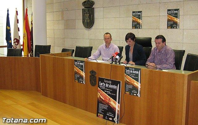 El sector de la hostelería podrá especializar su mercado con la puesta en marcha de un curso de iniciación al corte de jamón, Foto 1