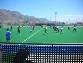 Los escolares aprenden a jugar hockey