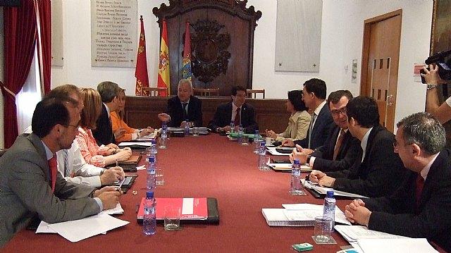El Consejo de Gobierno celebró hoy su reunión semanal ordinaria en el municipio de Lorca. La reunión estuvo presidida por el jefe del Gobierno regional, Ramón Luis Valcárcel, y a ella asistió el alcalde de la localidad, Francisco Jódar, Foto 1