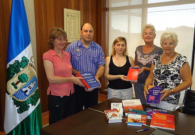 La asociación de angloparlantes ADAPT dona más de una decena de libros a la biblioteca de San Pedro - 1, Foto 1