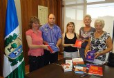 La asociación de angloparlantes ADAPT dona más de una decena de libros a la biblioteca de San Pedro