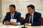 El alcalde recibe una ayuda de 12.000 euros para los damnificados del terremoto por parte del primer edil de Águilas