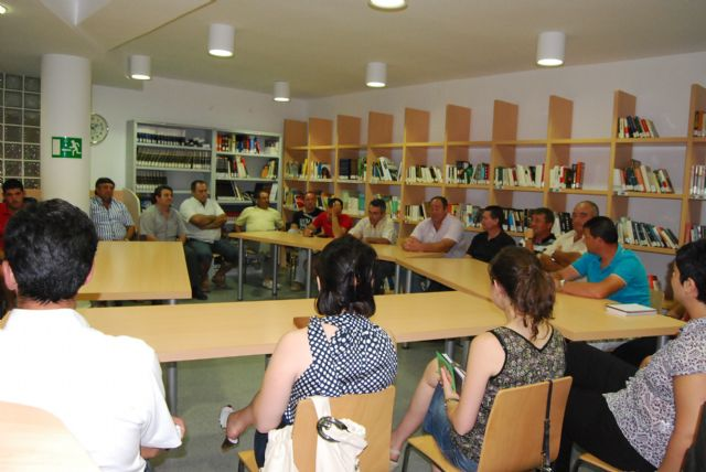 The new government team meets with neighborhood groups in the hamlet of El Paretón