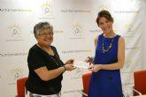 Vecinos de Alhama de Murcia entregan al ayuntamiento la recaudaci�n de un acto ben�fico