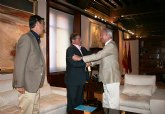 El presidente de la Comunidad recibe al alcalde de Los Alcázares