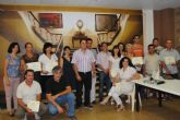 Los alumnos de un curso  decoración acondicionan una sala de exposiciones  que se inaugura con una exposición de los alumnos de un curso de fotografía