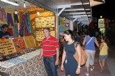 Más de 50 comerciantes y artesanos exponen sus productos en el mercadillo nocturno de Lo Pagán