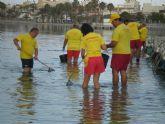 Más de una treintena de voluntarios de Protección Civil colaboran en la retirada de medusas