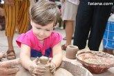 Los más pequeños conocen de cerca el trabajo del alfarero gracias a las actividades que han integrado el programa de las 'Fiestas del barro'