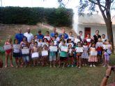 Finalizan los cursos de natación en la piscina de verano con una fiesta acuática y la entrega de diplomas a los participantes
