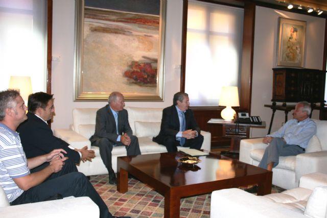 El jefe del Ejecutivo regional, Ramón Luis Valcárcel, recibe al alcalde de Albudeite, Jesús García Martínez - 1, Foto 1