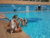 La Alcaldesa de Archena visita a los más de 900 alumnos inscritos en los cursos de natación de la Piscina Municipal