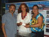 María del Loreto Lloret, ganadora del sorteo de la Semana de la Huerta de Los Alcázares, recibe su premio