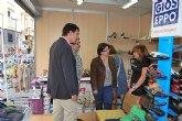 Un total de 40 comerciantes ofrecen productos de primeras marcas con grandes descuentos en la segunda Feria Outlet de Alhama de Murcia