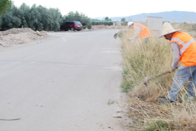 Operators perform cleaning and conditioning in the roads network of the municipality