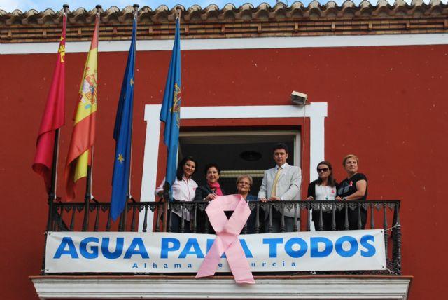 El Ayuntamiento se une a la campaña contra el cáncer de mama y también se viste de rosa, Foto 1