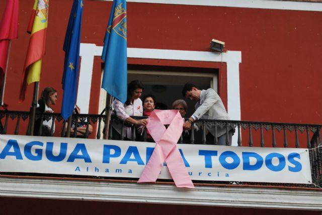 El Ayuntamiento se une a la campaña contra el cáncer de mama y también se viste de rosa, Foto 3