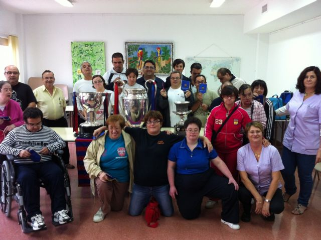 """Student Occupational Center """"José Moya"""" and Municipal Service users are aware of the psychosocial support trophies won by FC Barcelona in the 2010/11 season"""
