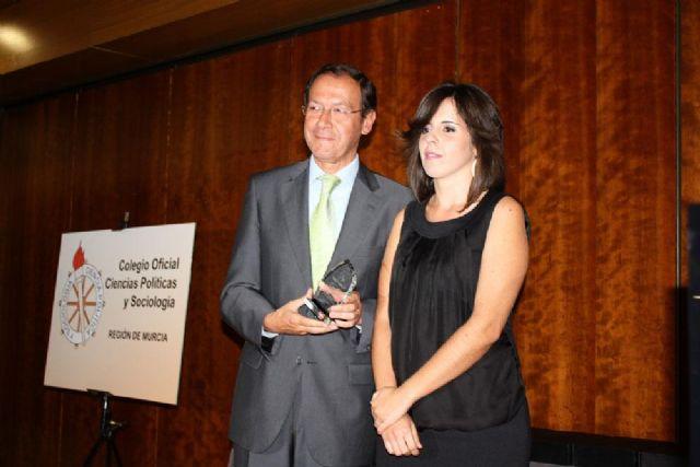Cámara recibe el galardón concedido por el Colegio de Ciencias Políticas y Sociología - 2, Foto 2