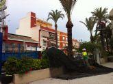 Se inician los trabajos de poda y fumigación de las palmeras en los parques y jardines del casco urbano