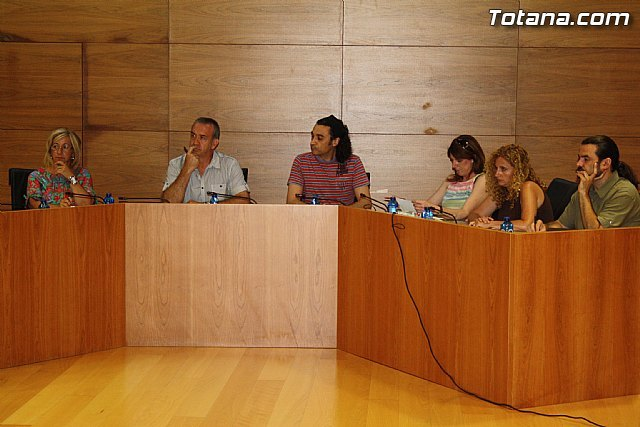 The Socialist party denounced the increase in payments in the City while reducing services to the citizens