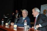 Valcárcel elogia al escritor Mario Vargas Llosa, al que califica como el autor más relevante de la lengua española