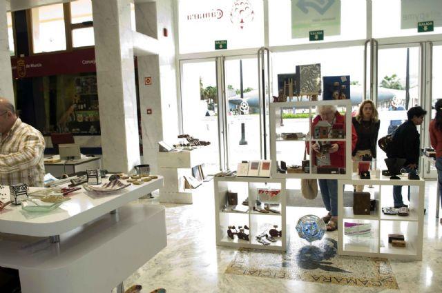 Turistas extranjeros descubren los productos artesanos de la Región - 1, Foto 1