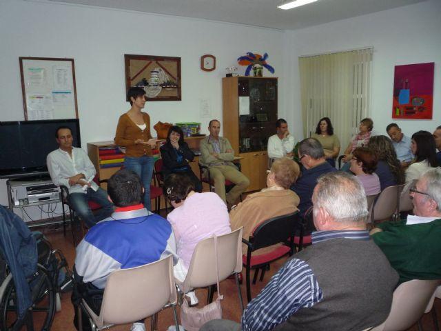 Autoridades municipales informan a los familiares de usuarios del Centro de Día para Personas con Discapacidad José Moyá Trilla de las líneas de trabajo previstas para el nuevo curso 2011/12, Foto 1