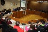 Alumnos de varios centros educativos de Totana alzan su voz, y proclaman sus derechos en el salón de Plenos del ayuntamiento