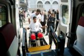 Un nuevo vehículo adaptado trasladará a mayores y discapacitados a los centros de día