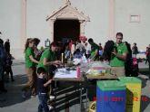 Los niños aprenden a fabricar sus propios juguetes con material de reciclaje