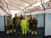 Los trabajadores del Almacén municipal fabrican los stands para la segunda edición de la Feria Outlet
