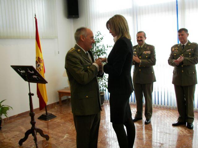 La Alcaldesa le impone el Escudo de Oro de Archena al que fuera hasta hace unos días Coronel Director de la Residencia Militar Mariano Hermosilla - 1, Foto 1