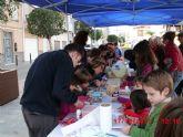 Los niños fabricaron sus adornos navideños con materiales reciclados