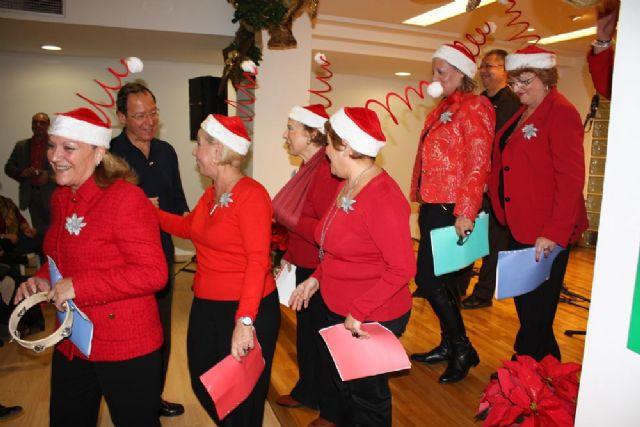 El Alcalde acude a su cita de Navidad con las asociaciones y vecinos del Barrio del Carmen - 1, Foto 1