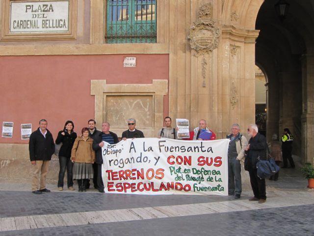 Herguedas participa en la concentración ante el Obispado contra la urbanización de la ladera de La Fuensanta - 1, Foto 1