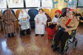 La alcaldesa y la concejal de Atención Social felicitan la pascua navideña a las personas mayores de la Residencia