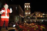 Decenas de niños entregan sus cartas a Papá Noel tras su llegada al municipio con un espectáculo