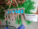 Los alumnos del colegio José Antonio decoran su árbol de Navidad 'a la española'