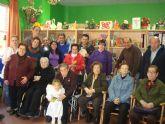 Los usuarios del Servicio de Apoyo Psicosocial finalizan sus actividades navideñas con una visita al Centro de Personas Mayores de la plaza de la Balsa Vieja