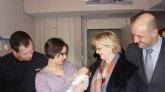 El bebé 15.000 de USP San Carlos recibe la visita de la Directora General de Asistencia Sanitaria de la Región de Murcia