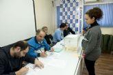 Los funcionarios hacen cola para votar a sus representantes