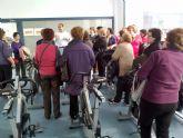 Los usuarios de los cursos municipales de gerontogimnasia conocen las nuevas instalaciones deportivas torreñas