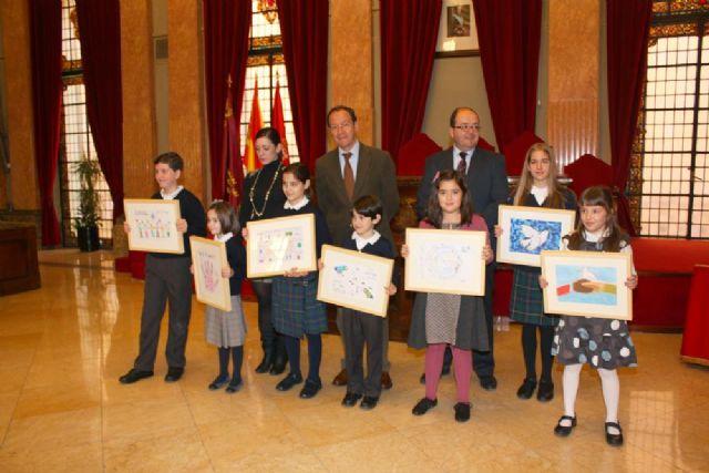 El Alcalde entrega los premios obtenidos por los escolares que mejores ideas tienen sobre la paz - 1, Foto 1