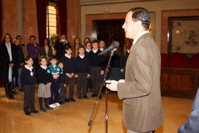 El Alcalde entrega los premios obtenidos por los escolares que mejores ideas tienen sobre la paz - 2, Foto 2
