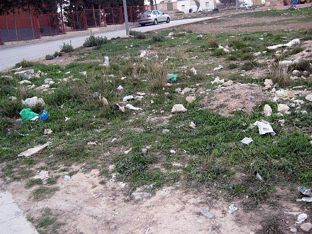 El Grupo Socialista exige la limpieza inmediata de los solares municipales situados frente al campo de fútbol de Javalí Nuevo - 2, Foto 2